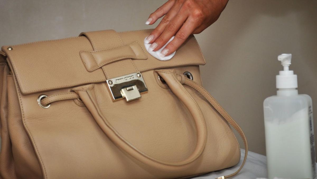 кожаными сумками