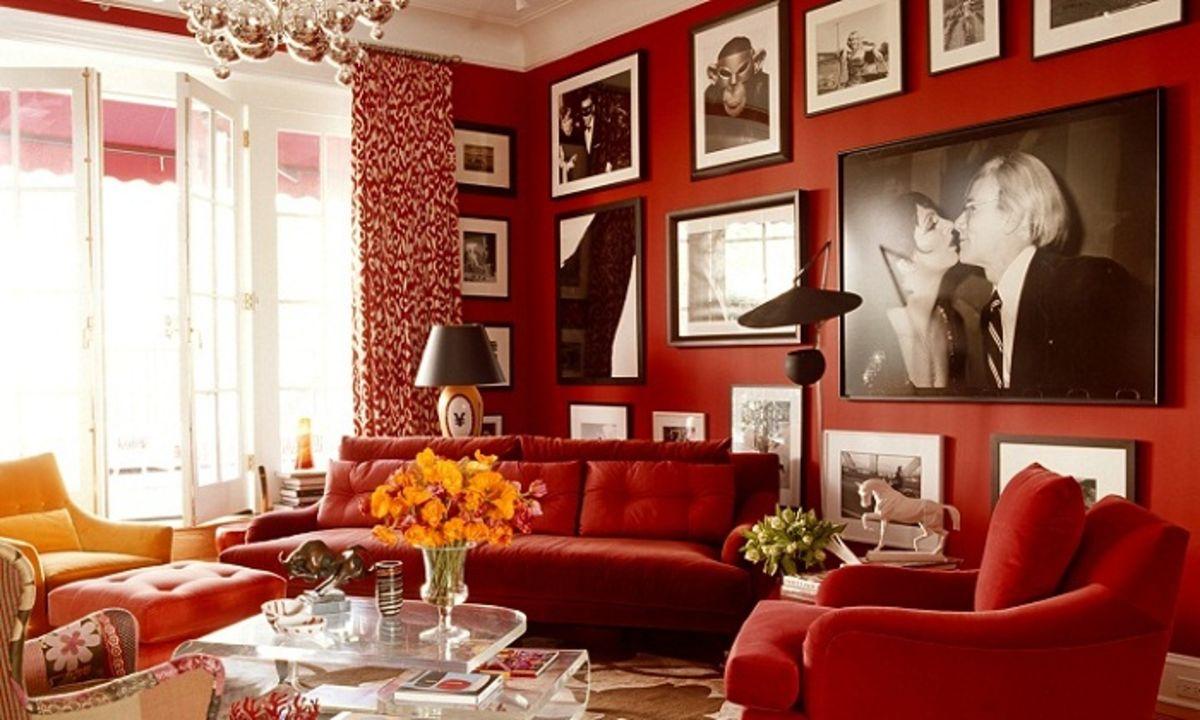 красный диван с красными стенами