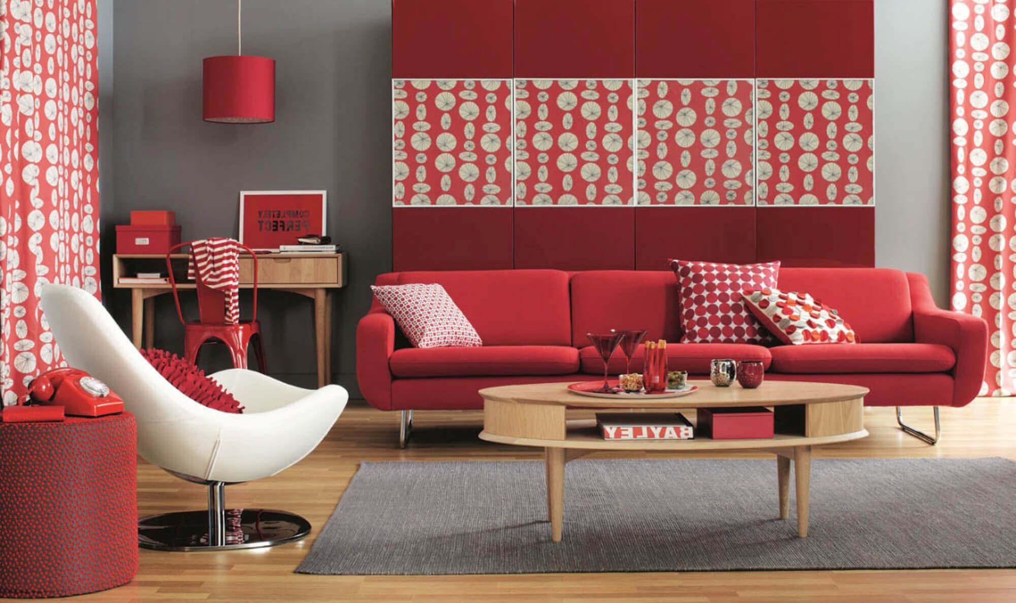 Красный диван часто