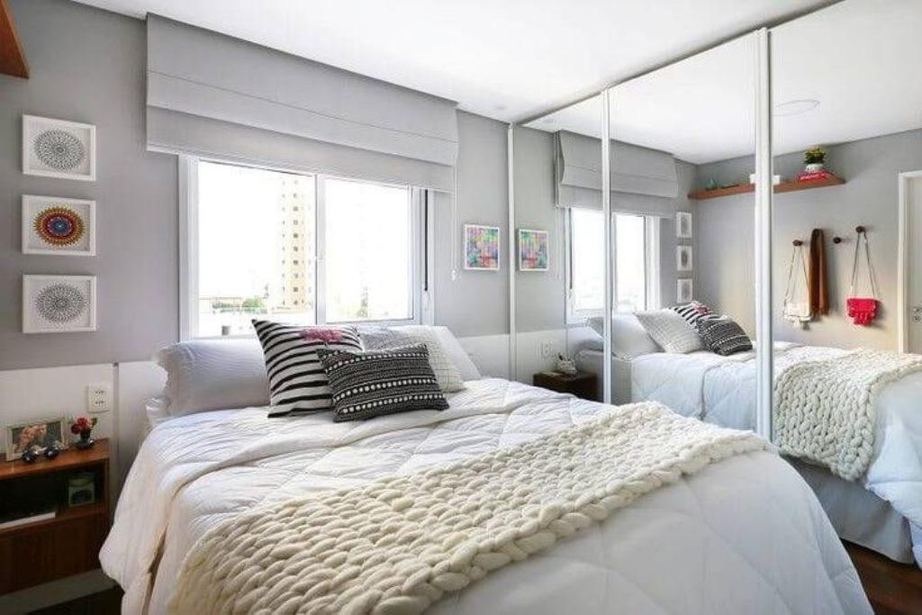 кровать изголовьем к окну фото дизайн
