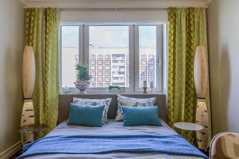 кровать изголовьем к окну фото
