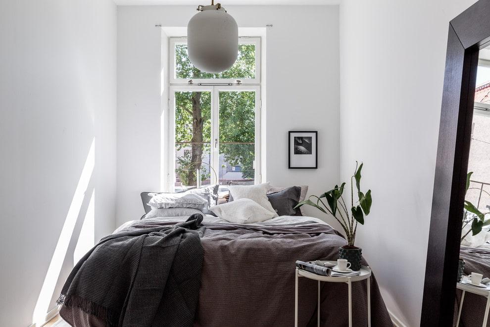 кровать изголовьем к окну идеи фото