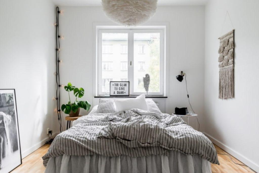 кровать изголовьем к окну