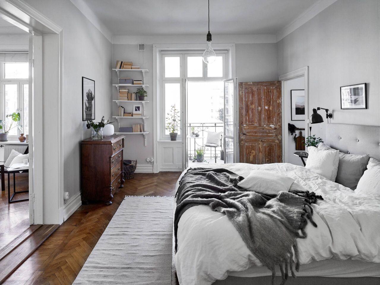 кровать ногами к двери интерьер