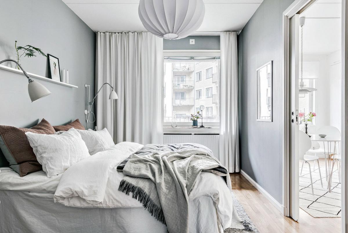 кровать ногами к двери в интерьере