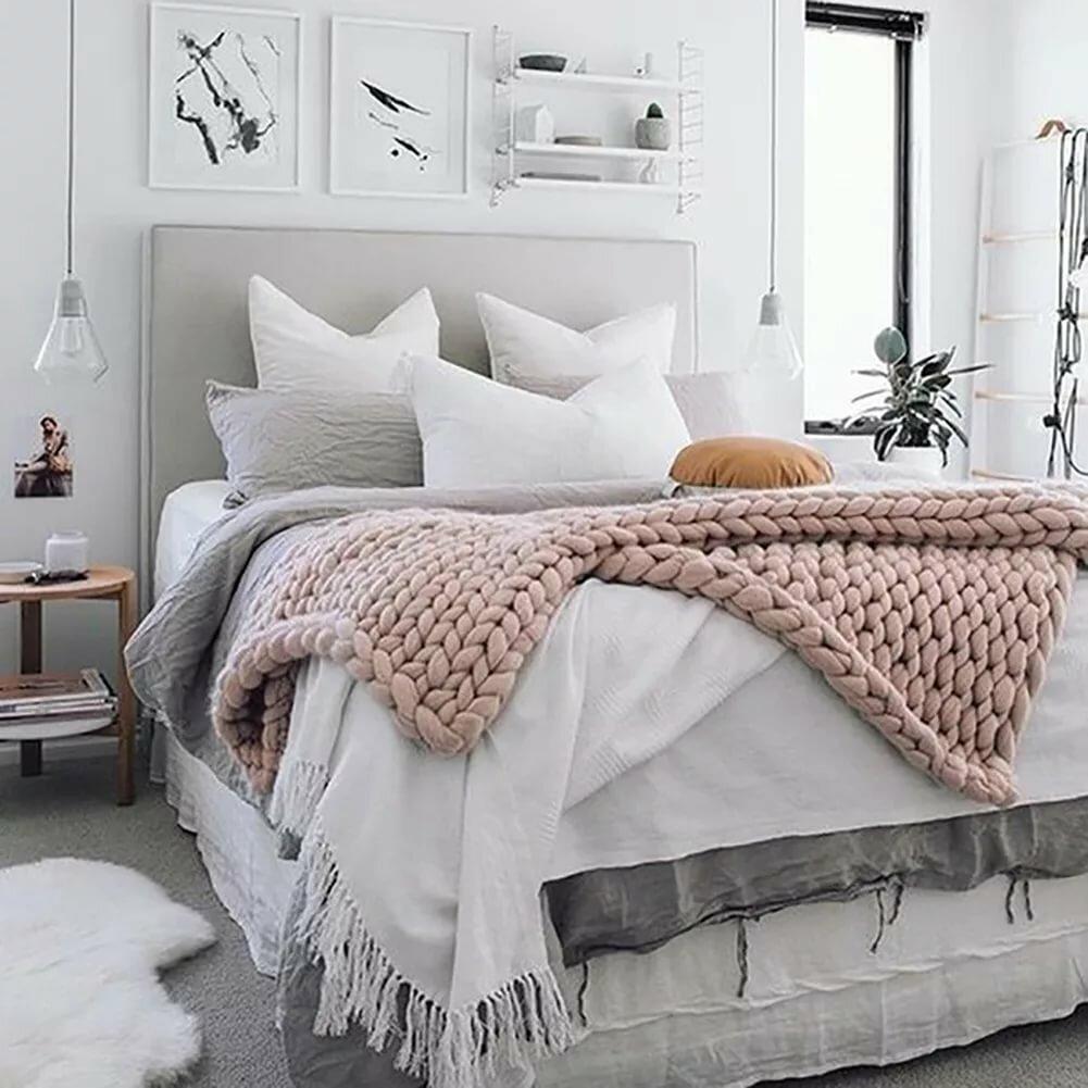кровать с пледами