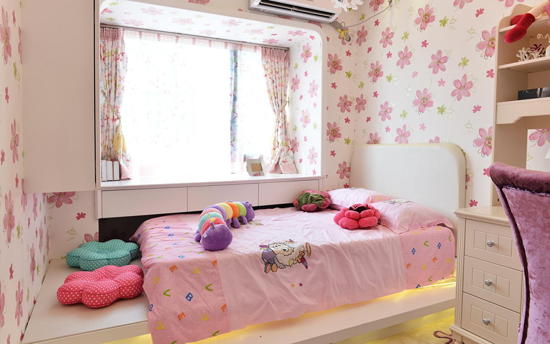 кровать у окна в детской