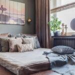 кровать у окна в спальне декор фото
