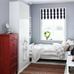 кровать у окна в спальне фото декора