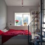 кровать у окна в спальне идеи декора