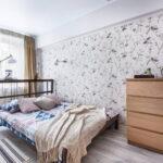 кровать у окна в спальне фото
