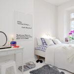 кровать у окна в спальне интерьер фото