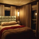 кровать у окна в спальне оформление