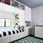 кровать у окна в спальне оформление идеи