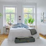 кровать у окна в спальне идеи варианты