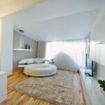 кровать у окна в спальне идеи