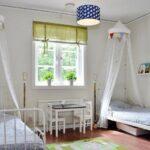 кровать у окна в спальне варианты фото