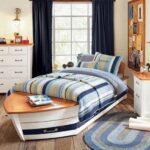 кровать у окна в спальне фото вариантов