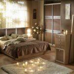 кровать у окна в спальне виды идеи