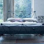 кровать у окна в спальне идеи виды