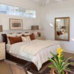 кровать у окна в спальне виды декора