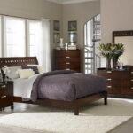 кровать у окна в спальне дизайн фото