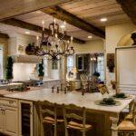 лампа над кухонным столом декор фото