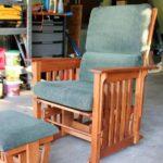 мягкое кресло из дерева