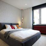 темная кровать со светлыми стенами