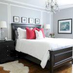 большпая темная кровать в интерьере спальни