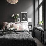 пример темной спальни с черными стенами