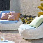 белая мебель с подушками плетеная