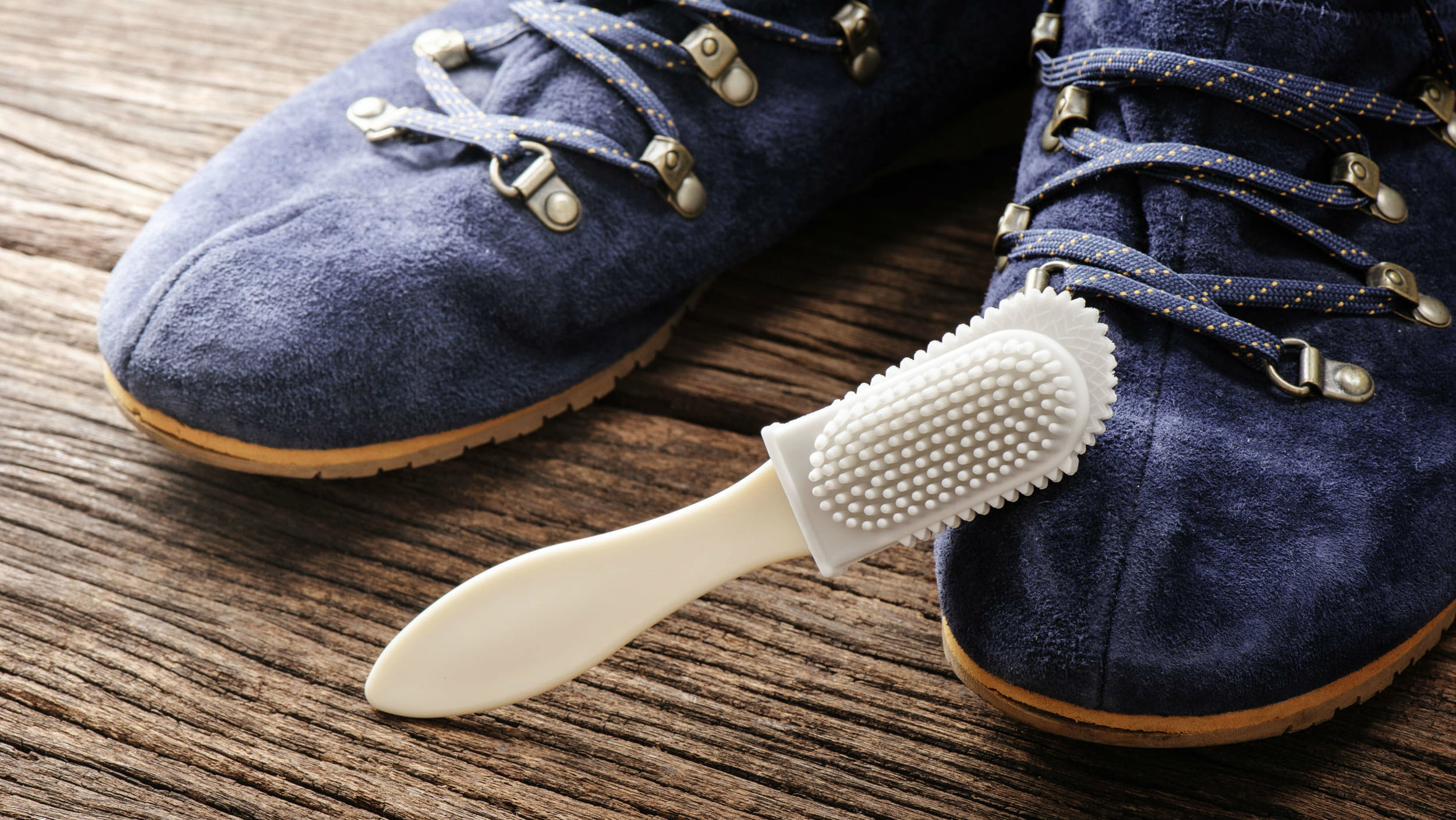 почистить обувь из замши