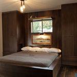 темно-коричневая мебель в спальне