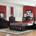 прмер обстановки в спальне с красными стенами