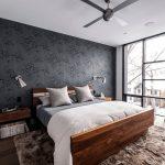 просторная светлая спальня с коричневой кроватью