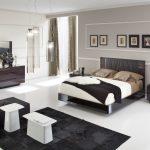 серые стены и темная мебель в спальне