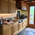 кухонный гарнитур линейный деревянный