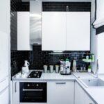кухонный гарнитур с черной плиткой