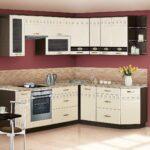 кухонный гарнитур на бордовом фоне