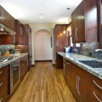 кухонный гарнитур двухрядный коричневый