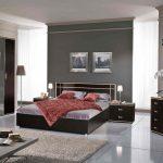 большая темная кровать в спальне
