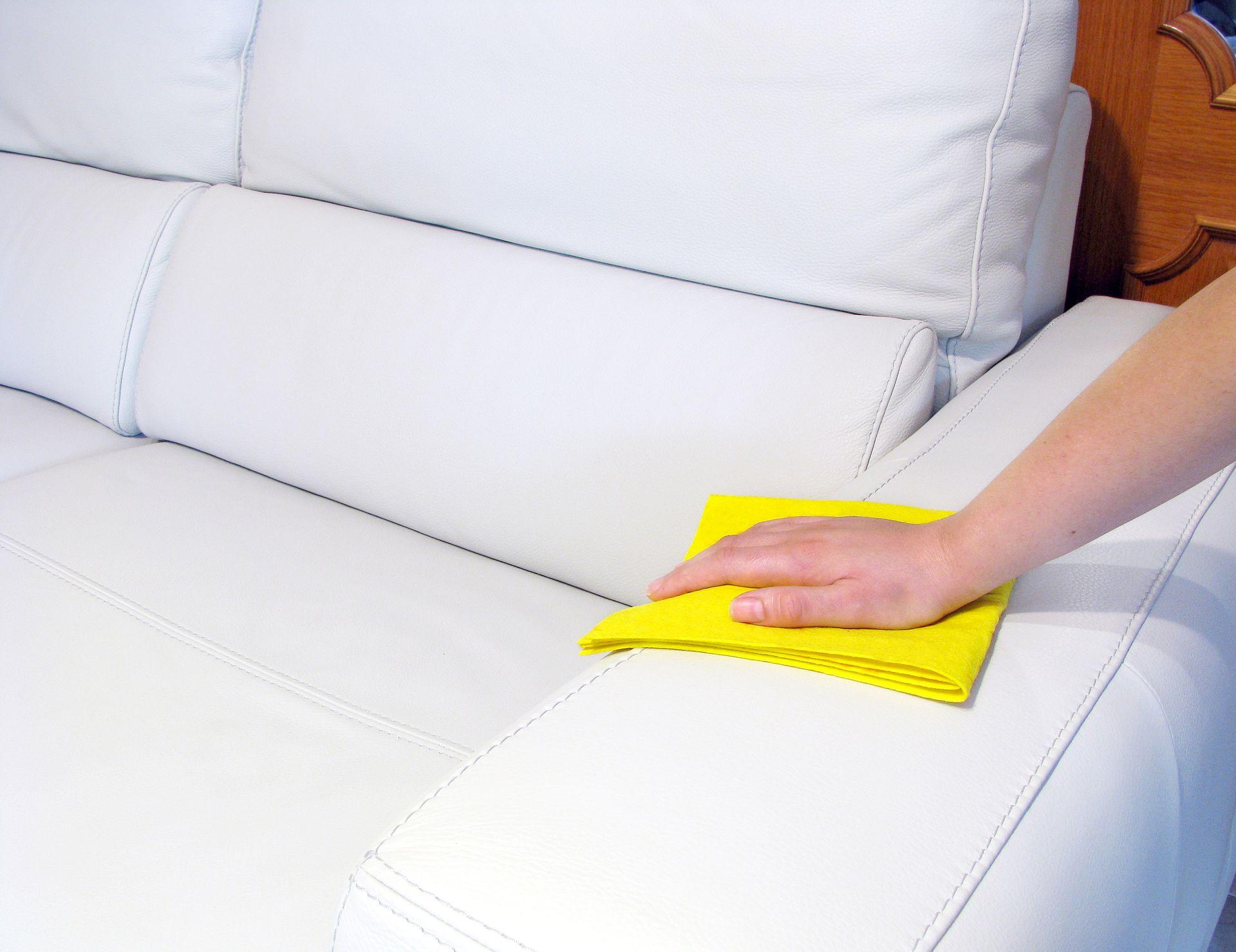 протереть кожаный диван