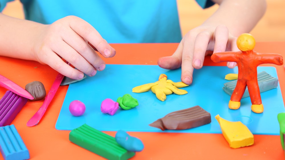 ребенок и пластилин