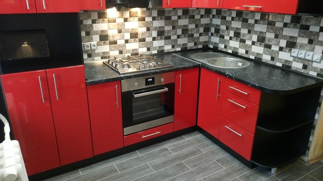 серая с красным кухня