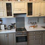 серая кухня с бежевыми шкафами