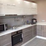серая кухня с белыми шкафами