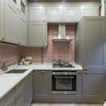 серая кухня с красной плиткой