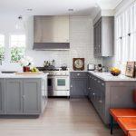 серая кухня с оранжевым