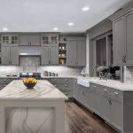 серая кухня с мраморным столом